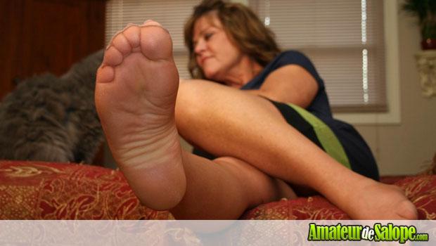 Femme mature en bas collants exhibe ses pieds sexy devant la cam